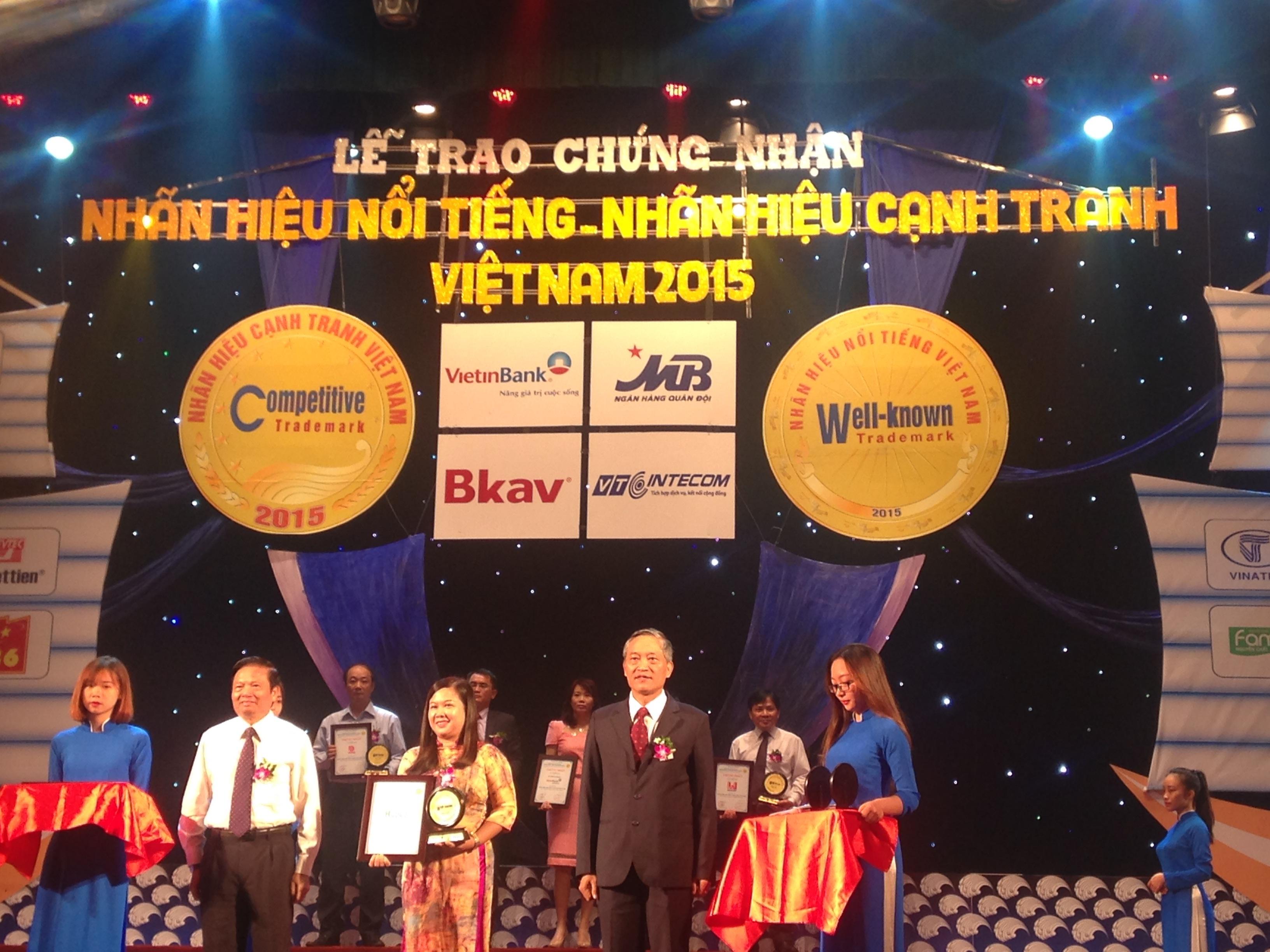 Giám đốc điều hành Nguyễn Thị Thu Hiền nhận Chứng nhận từ BTC chương trình