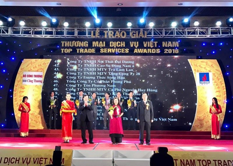 Bà Nguyễn Thị Thu Hiền - Giám đốc điều hành TCT đại diện nhận giải thưởng Vietnam Top Trade Service 2016